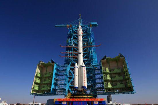 10月26日,酒泉卫星发射中心载人航天发射场,发射塔架平台开始合拢.