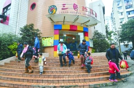 三色丽都幼儿园,家长接放学的孩子回家
