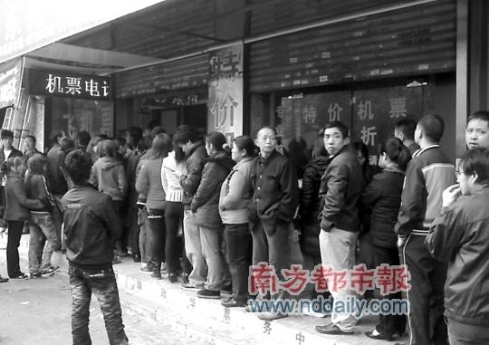 常平镇某火车票代售取票点,昨日已排起长龙。南都记者刘辉龙摄
