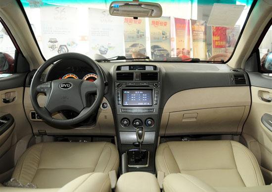 在配置方面,像keyless无钥匙进入系统、电动可折叠后视镜、迎宾灯、驻车可视系统、NAVI语音电子导航系统、方向盘音响控制系统、移动数字电视、NAVI语音电子导航、防潜滑豪华打孔座椅、六安全气囊等高科技配置一应俱全,全面提升L3的品质感。另外,前后机舱盖隔音棉、歇脚踏板、烟灰缸等这些配置的增加,再加上底盘的重新调校,也使得L3锋畅的驾乘舒适性进一步显现,让车主以10万元的价格,领略到超乎21万车型的舒适享受。(新浪重庆汽车/胡珑耀)
