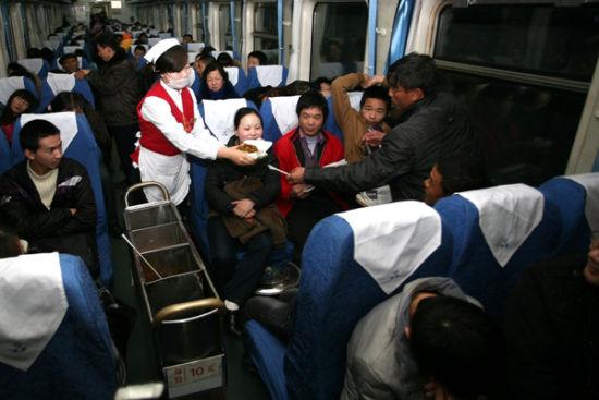 经济实惠的列车盒饭受到旅客欢迎 张映春 摄