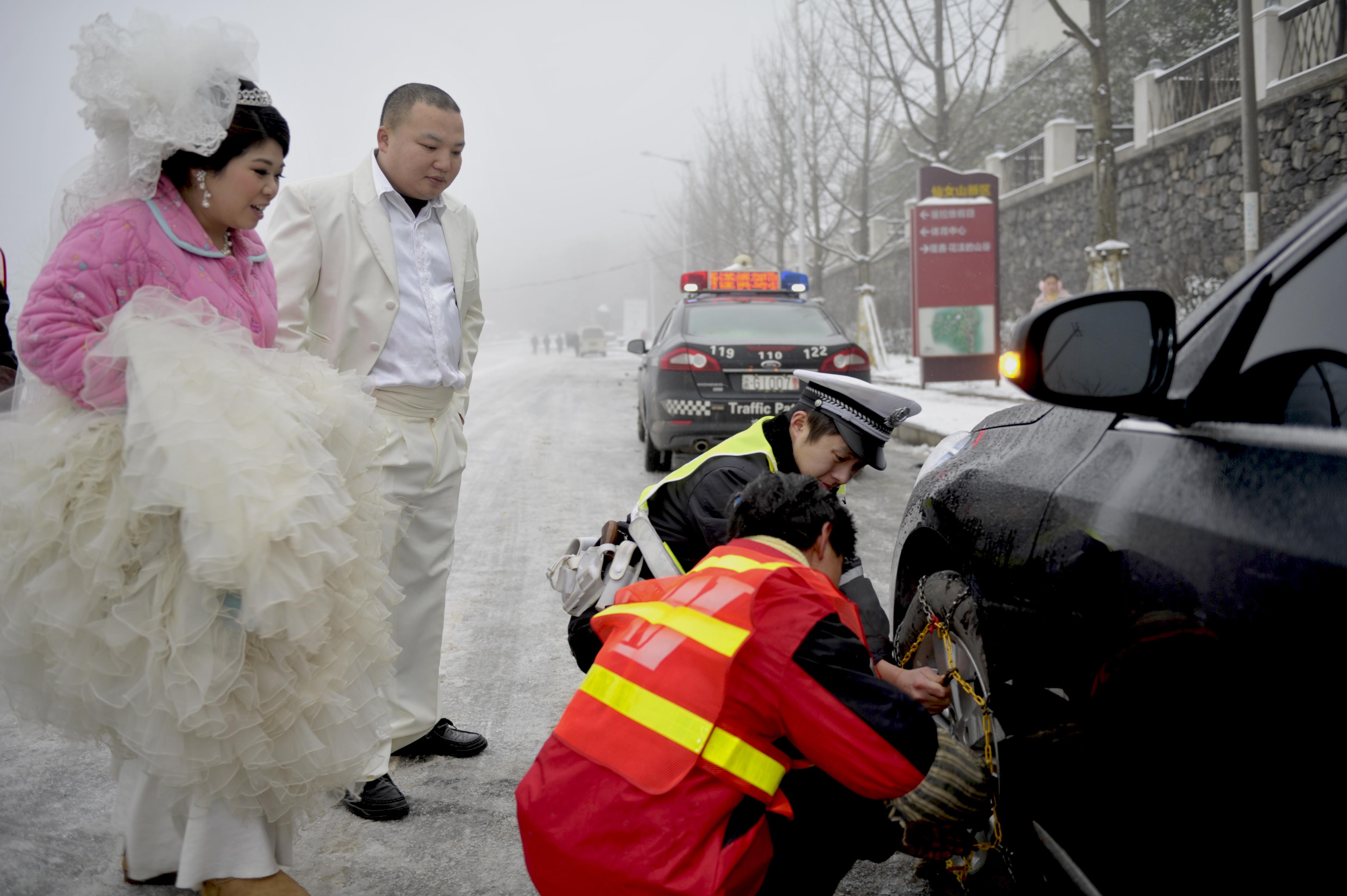 新婚路上交巡警为我们系上爱的链条 张旭东摄