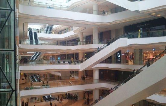 地点三:   协信星光时代广场位于南坪环道商业核心圈,总建筑面积24万平方米,拥有车位多达2400个,华润万家开业、重庆首家金逸IMAX国际影院、西南首家儿童主题乐园孩子王、西南首家钻石宫殿每克拉美四大主力店以及汉拿山、ZARA等近250家知名商家。并设计了亚洲最大的4千平方米玻璃天幕,外部阳光渗透,购物者不觉压抑,舒适度高。还是重庆电梯数量最多(90部高速电梯)的购物中心,超越一般购物中心的一半;拥有重庆最大LED屏幕(188平方米),也是重庆轨道交通最完善的购物中心(轻轨3、4号线,环线)。