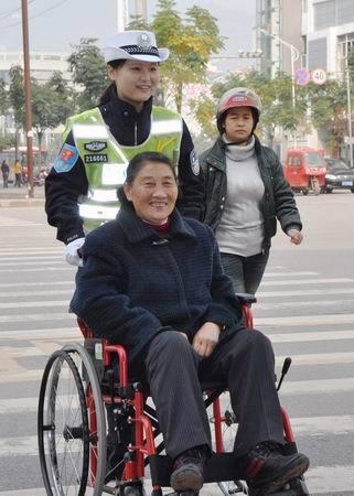 《警花与老人》开县网友陈海军摄