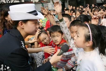 《安全知识进校园》綦江网友刘维云摄