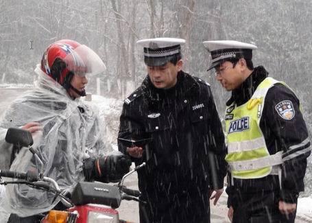 《冰雪中的安全检查》綦江綦江网友刘维云摄