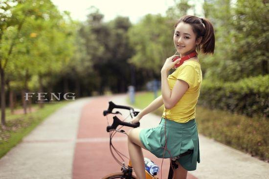 重庆工商大学校花惊艳写真 甜美脸蛋火辣身材图片