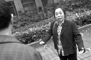 昨日,南坪四小区,工作完了不发工资,雇主的态度让余女士气愤不已 本报记者 胡健 摄