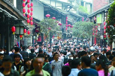 昨日,沙坪坝区,磁器口的游客摩肩接踵。 记者 刘嵩 摄