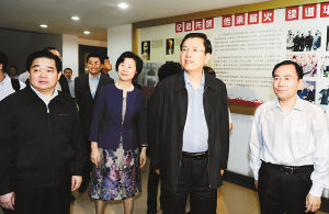 2012年5月18日,中共中央政治局委员、国务院副总理、重庆市委书记张德江在重庆民主党派大楼看望市级各民主党派机关工作人员。重庆日报供图