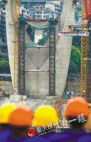 东水门大桥第一块钢桁梁吊装上位 重庆晚报记者 钱波 摄