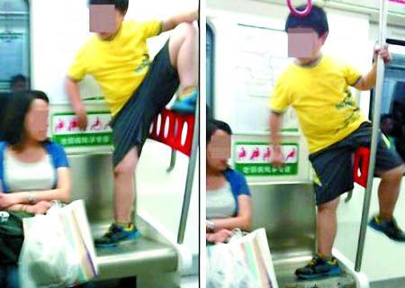 男孩地铁车厢内肆意攀爬