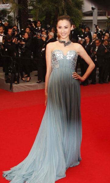 张柏芝蓝裙亮相笑容甜美。