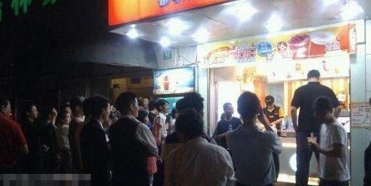 5月29日晚10点半左右,据网友爆料,姚明街头奶茶店买奶茶引围观致交通瘫痪。