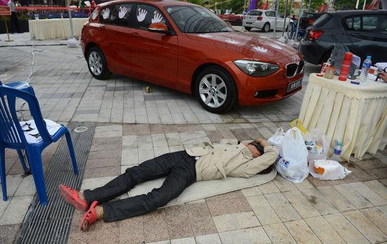 5月30日,参赛选手何佳在15分钟的休息时间里趟在地上休息。