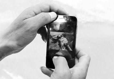 报警者美林园小区保安马金明展示他当时手机拍到的遇害人照片