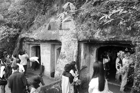 考古爱好者在近距离观看墓室