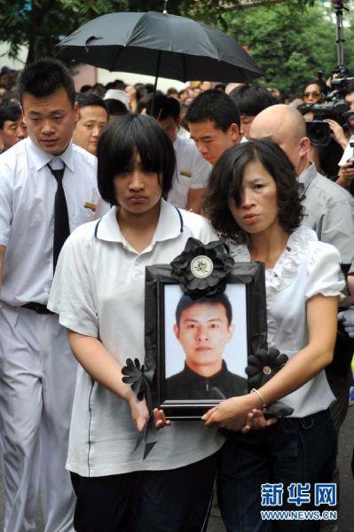 6月4日,吴斌的家人手捧亲人的遗像准备出殡。新华社记者黄宗治摄