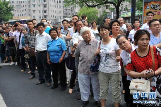 6月4日,群众聚集在吴斌居住的小区出口目送灵车驶出。新华社记者黄宗治摄