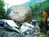 天降巨石砸扁两车