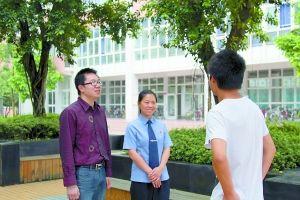 江瑛、王筱夫在和王涛交谈。 长寿检察院供图