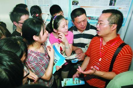 家长和考生在咨询高考志愿的填报