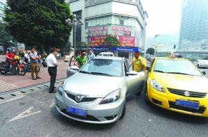 昨日,观音桥茂业百货门口,拉客的黑车被执法人员逮个正着。重庆晨报记者 杨新宇 摄