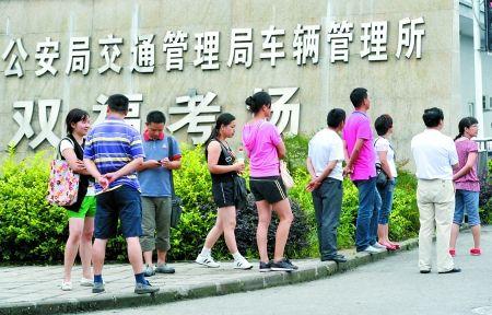 昨日,江津双福驾考考场,驾校学员在考场外等待考试通知。 记者 张路桥 摄