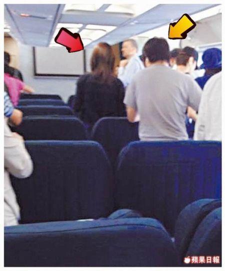 舒淇(红箭头)与冯德伦(黄箭头)被拍到昨天(7月7日)早上乘坐国泰航空班飞往东京。