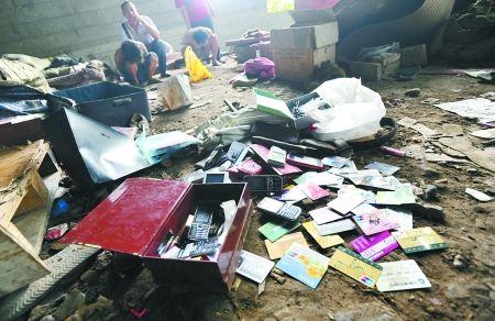 民警搜出大量的手机、银行卡、钱包等物品