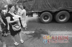 华福路,发生车祸的黄大姐的女儿在事故现场一直没有缓过劲来