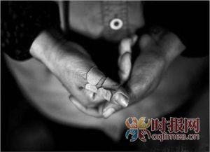 环卫工人的手指很容易被尖锐物扎伤