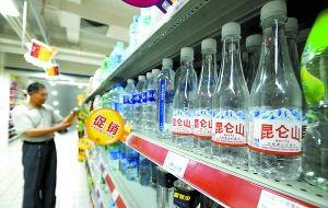 近几年,超市出现了不少精品矿泉水的身影。重庆晨报记者 杨新宇 摄