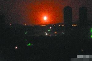 网友前晚拍下的神秘火光,它像在照母山山顶悬空燃烧,腾空几十米。