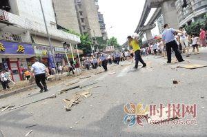 民警排除路面杂物恢复交通