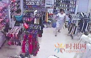 观音桥步行街,监控录像显示中年妇女(右)偷走了这个货架上的一大包内裤