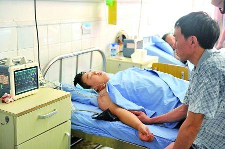 昨日,被砍伤的王某正在医院接受治疗。
