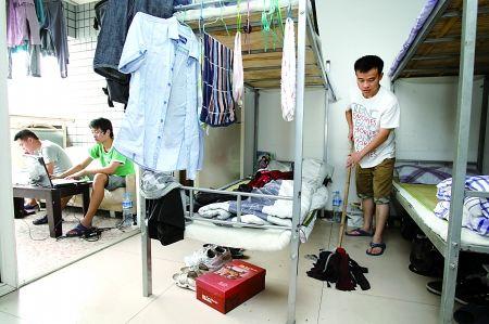 沙区常青藤求职公寓,胡智在打扫寝室卫生。