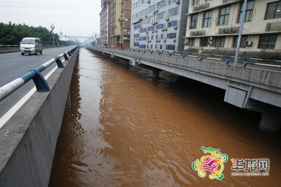 长滨路一路段已被完全淹没