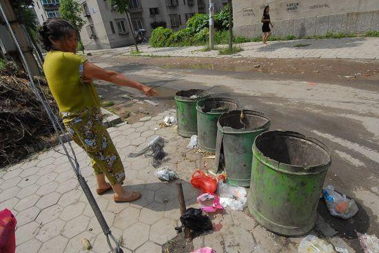 当地户居民指认翻出孩子的垃圾桶。