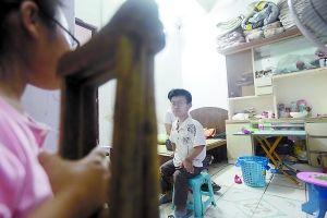 阮福亮全身骨关节畸形,今年高考他考取了重庆邮电大学,但家境贫困让他想打工挣学费