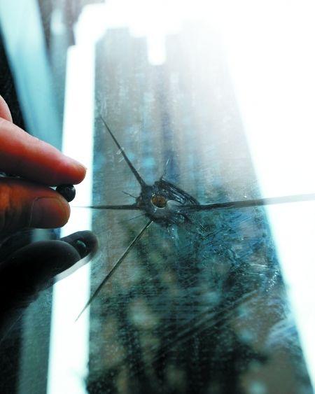 昨日,大渡口步行街,保安捡到的钢珠与玻璃上弹孔基本吻合