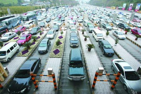 春节长假结束,车辆在渝武高速北碚收费站外排队缴费