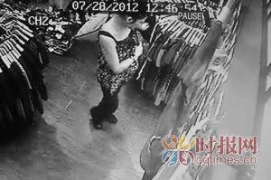 小偷偷完衣服出店门时监控拍下了她的侧面