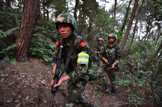 昨日,武警重庆总队调集兵力,开始进入歌乐山一带山脉,开始进山搜捕枪案疑犯。 图片来源于CFP