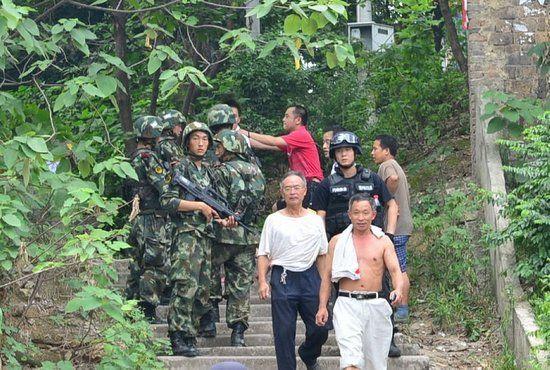 昨日,武警重庆总队调集兵力,开始进入歌乐山一带山脉,设卡搜捕枪案疑犯。图片来源于CFP
