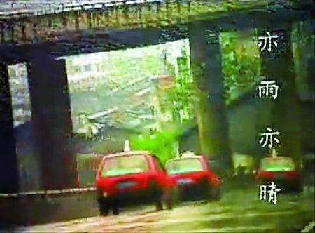 红色的奥拓车在城中穿梭