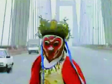 川剧演员在桥上变脸