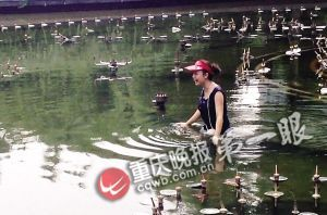 女子正在喷水池找清凉