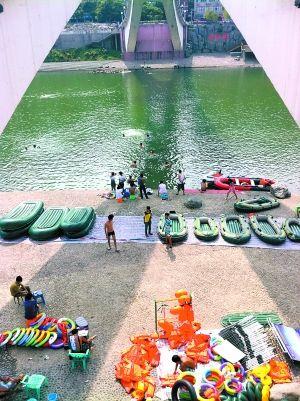 綦江彩虹桥下非法营运的橡皮艇。